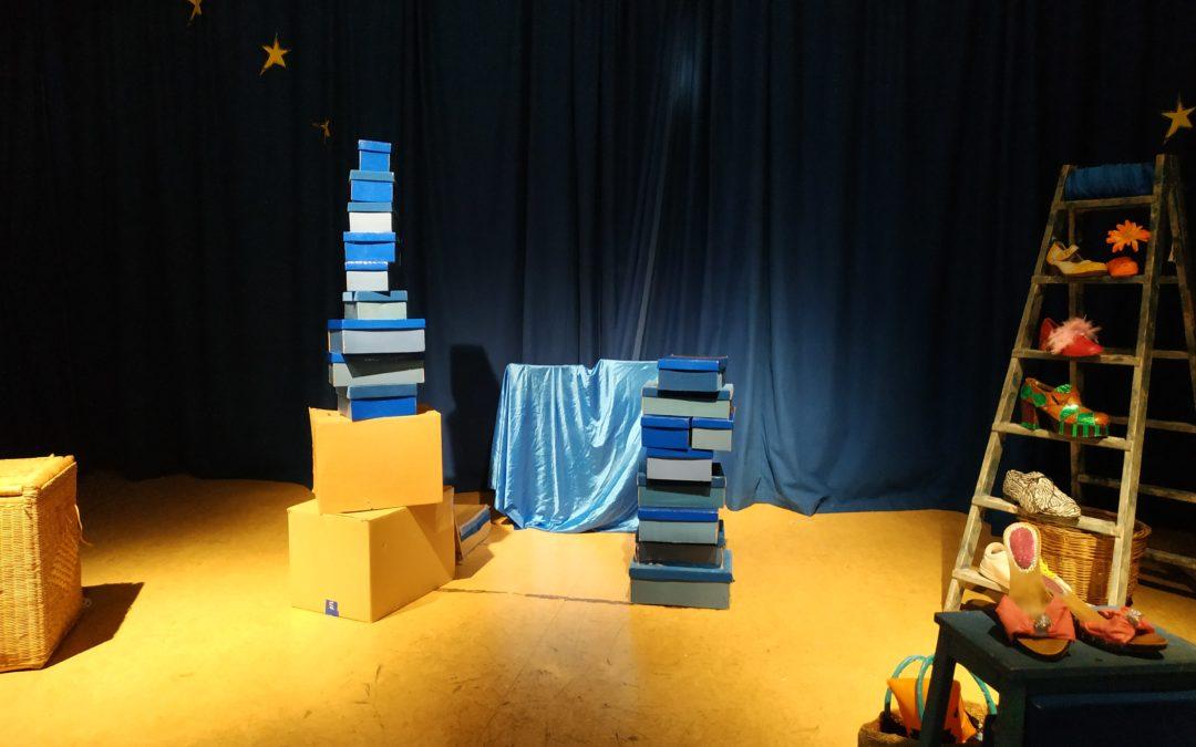 Els alumnes de 3r i 4t gaudeixen de teatre en anglès.
